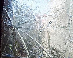 台風で窓ガラスが割れた事例