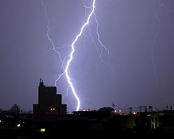 街に雷が落ちる様子